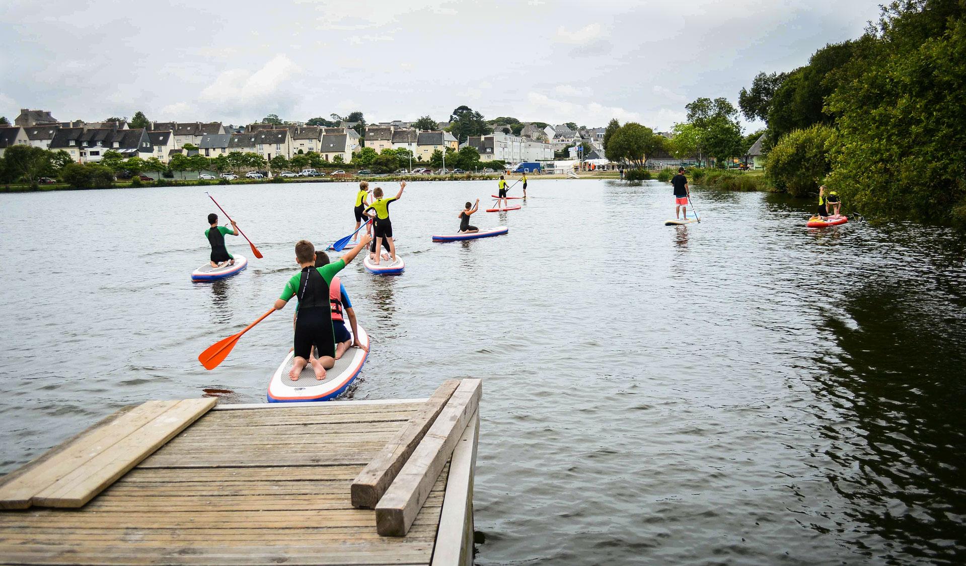 Le Minou Surf Club propose des cours et initiations de stand up paddle sur le lac.