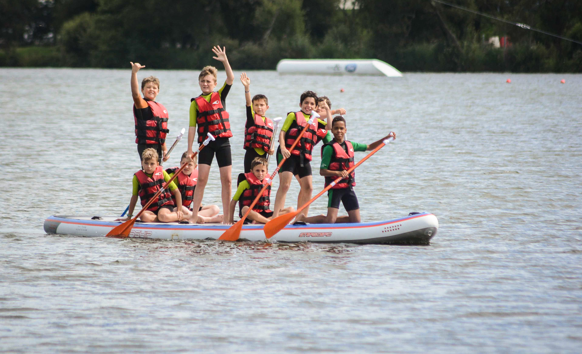 Le Minou Surf Club propose des cours et initiations de stand up paddle sur le lac.